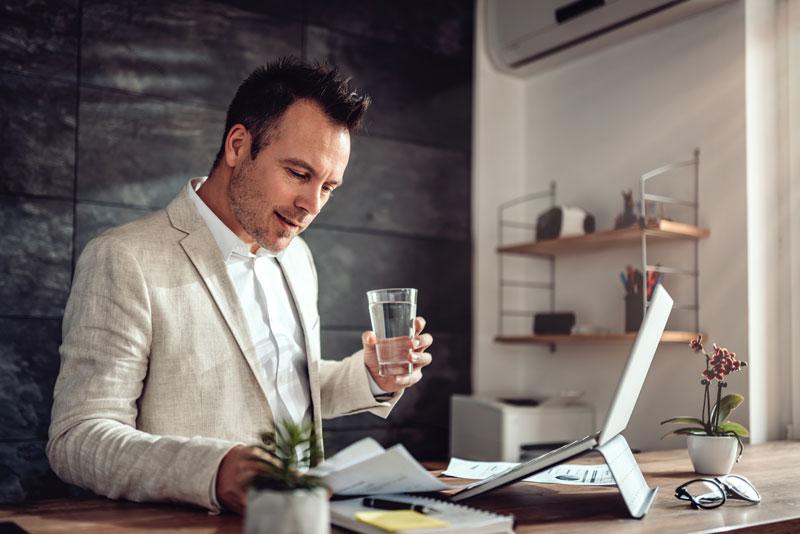 Beneficios de beber agua en el teletrabajo